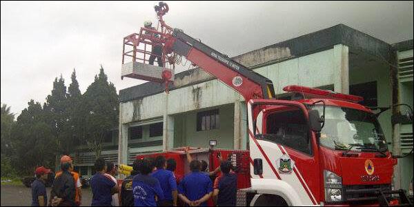 Sejumlah petugas pemadam kebakaran mengikuti uji coba mobil damkar.