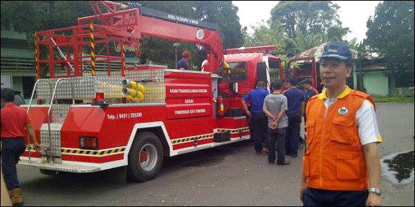 Kepala BPBD Kota Tomohon Drs Robby Kalangi SH MH bersama mobil damkar yang baru.