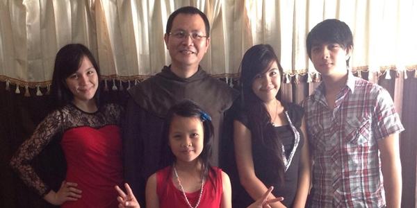 Fr. Vence Sompotan OCD (jubah coklat) Bersama Keponakan