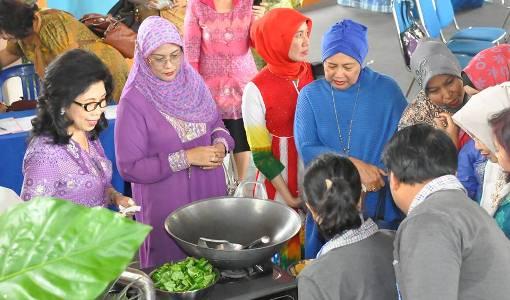 Ibu Walikota Manado Prof. Dr. Julyeta. P. A. Runtuwene saat memperkenalkan cara memasak Tinutuan pada para peserta