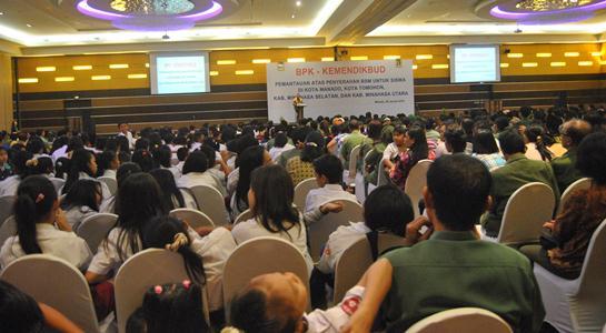 Para audiens saat mendengar sambutan BPK (foto Beritamanado)