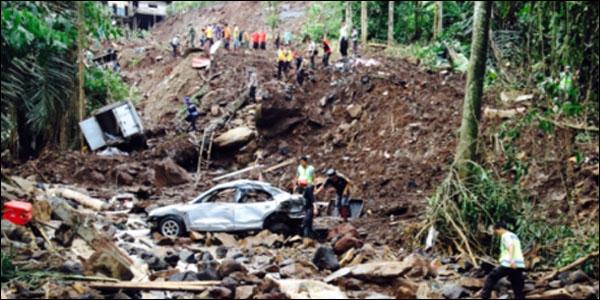 Suasana pencarian korban longsor di Tinoor pekan lalu.