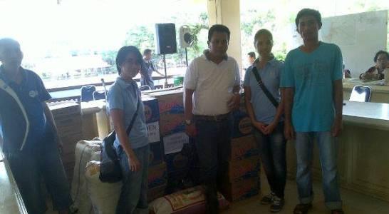 Perwakilan Siladen Resort dan SPA saat menyerahkan bantuan (foto Beritamanado)