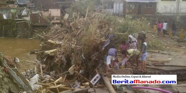 Puing-puing sampah dan pohon