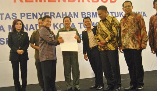 Terkait penyaluran BSM, Walikota Manado dapat penghargaan (foto Beritamanado)