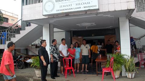Sondakh ketika menyerahkan bantuan bencana di Manado (foto ist)