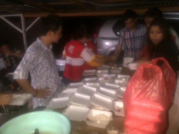 Audy Charles Lieke saat memantau langsung aktifitas dapur umum TIDAR Sulut