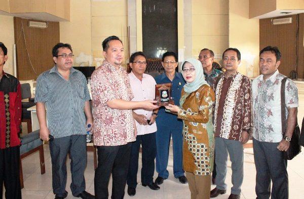 Penukaran cendra mata antara DPRD Manado dan Bima