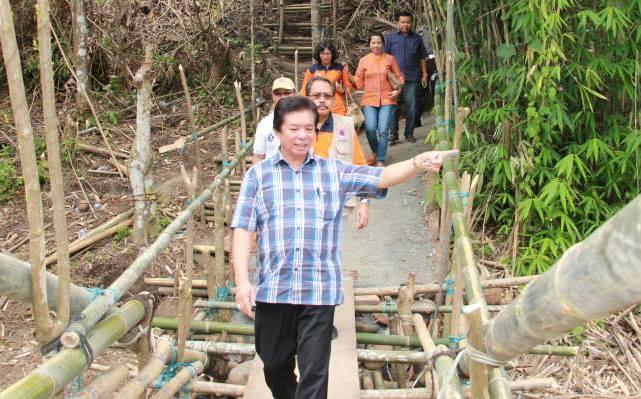 Bupati Sompie Singal dan Deputi BNPB Pantau Jembatan Kuwil dari jembatan darurat.