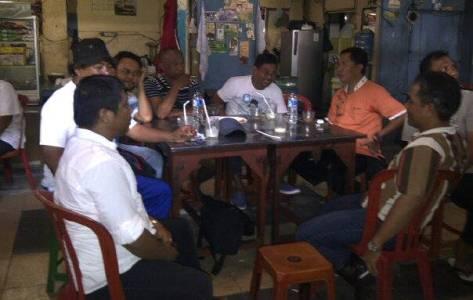 Lima Kepala Lingkungan saat bersama Jefri Kadjudju saat berbincang di Jalan Roda Manado