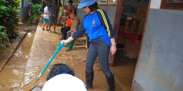 Para PNS Pemprov saat melakukan bakti sosial di sekolah-sekolah saat jadi korban banjir di Manado