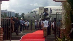 Boediono ketika tiba di Bandara Sam Ratulangi (foto beritamanado)