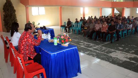 Sondakh ketika menghadiri pembagian insentif Pala dan RT di Kecamatan Girian (foto ist)