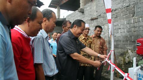 Lomban ketika meresmikan proyek PNPM di Kelurahan Pakadoodan (foto ist)