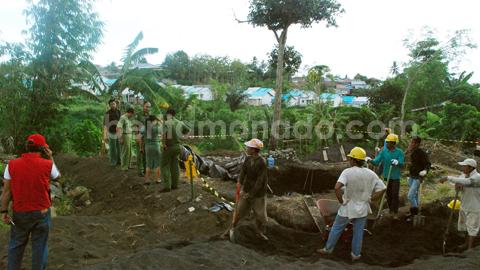 Distaru Kota Bitung ketika menghentikan aktivitas pembangunan tower di Girian Atas (foto beritamanado)
