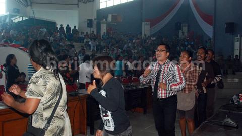 Warga Batuputih ketika menggelar tarian Masamper di ruangan paripurna DPRD (foto beritamanado)