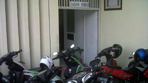 Pintu masuk kantor Humas yang terhalang kendaraan bermotor (foto beritamanado)