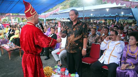 Sondakh ketika menghadiri upacara adat Tulude Kecamatan Tandurusa (foto ist)