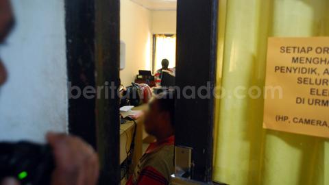 Salah satu warga Batuputih ketika menjalani pemeriksaan (foto beritamanado)