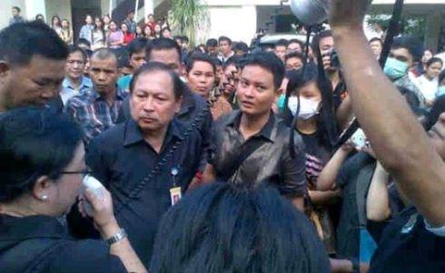 Donald Rumokoy yang bertekad membubarkan massa aksi, tapi malah diusir mahasiswa dan dosen