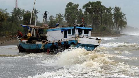 Akibat cuaca puluhan nelayan Kota Bitung terombang-ambing seperti ini (foto ist)