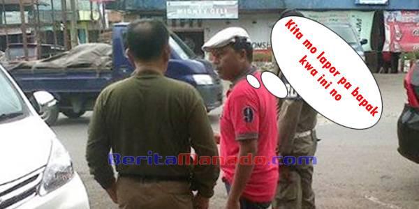 Pendukung PDIP (baju merah) Saat Berbincang Dengan Kasat Pol PP Minahasa Engelbert Raintung