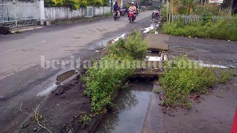 Salah satu drainase yang masih butuh perbaikan di pusat kota Amurang (foto beritamanado)