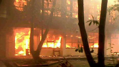 Salah satu gedung kuliah yang terbakar akibat aksi tawuran antar mahasiswa (foto ist)