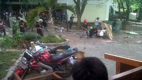 Aksi saling lempar antar mahasiswa yang melibatkan tiga fakultas (foto beritamanado)