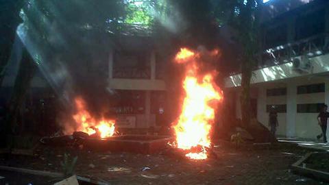 Kendaraan bermotor yang dibakar (foto beritamanado)