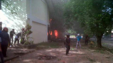 Api yang mulai melalap gedung kuliah (foto beritamanado)