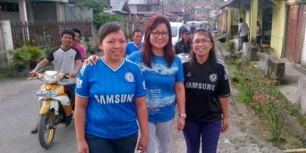 Paula Sinjal (tengah) Bersama Warga Suluun Saat Baron Kampung
