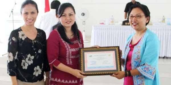 Bunda PAUD Mitra yang juga KETUA TP-PKK Ny Jein Sumendap-Rende yang didampingi, Ny Steva Kandoli Antou menerima penghargaan dari Kementerian Pendidikan.