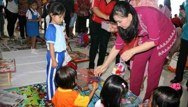 Ketua TP-PKK Ny Jein Sumendap Rende memberikan makanan bergizi ke anak-anak PAUD