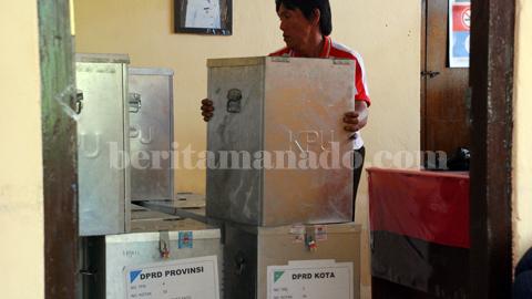 Sejumlah kotak suara yang baru tiba diterima PPK Aertembaga (foto beritamanado)