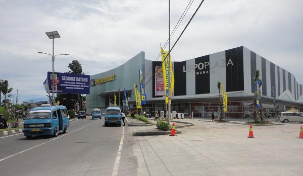 Pusat belanja Hypermart di Kayuwatu, Kecamatan Mapanget (foto beritamanado)
