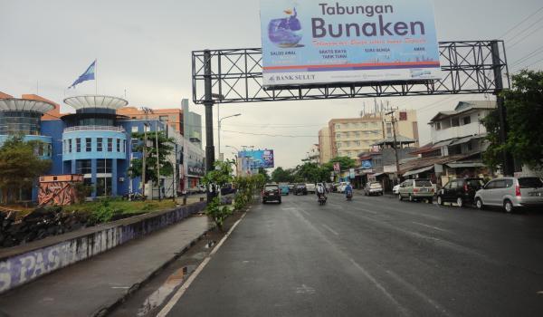 Kondisi lalulintas di ruas Boulevard longgar diwaktu yang sama, Senin 12/05 sore (foto beritamanado)