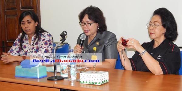 Kepala Dinas Kesehtan Sulut Dr Liesye Grace Punuh, Mkes (tengah)
