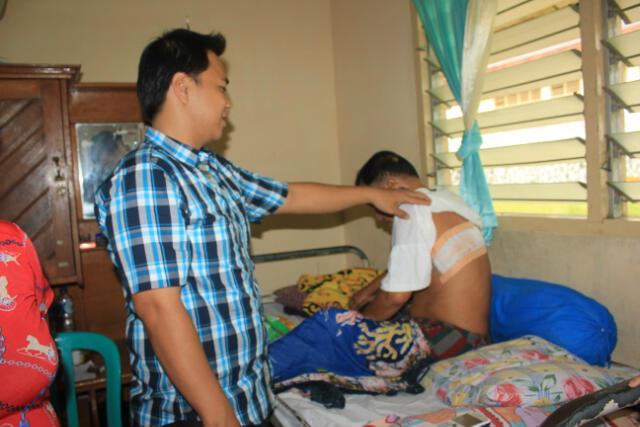 Korban perampokan dengan senjata tajam, Jantje Mongkareng dengan luka dipunggungnya