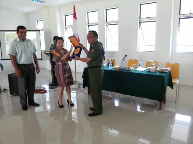 Asisten I Pemkab Minsel Drs Danny Rindengan Menerima Cendera Mata dari Pimpinan DPRD Kab. Belo