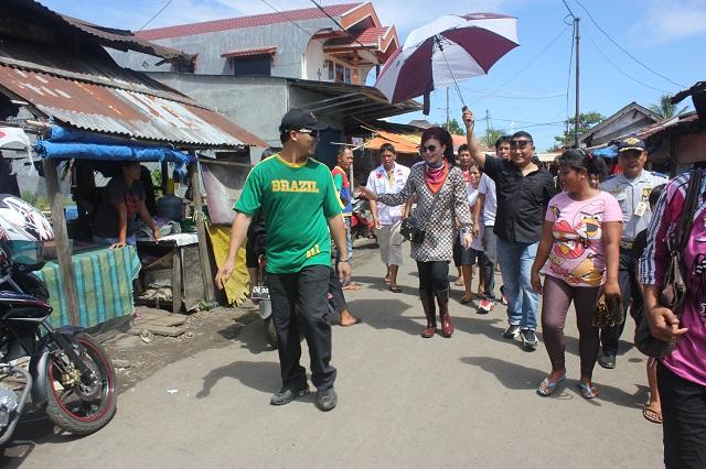 Bupati Minsel Tetty Paruntu Blusukan di Pasar Tumpaan
