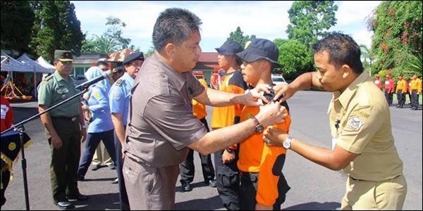 Penyematan tanda peserta oleh Asisten Administrasi Pemerintahan dan Kesejahteraan Rakyat Pemkot Tomohon.