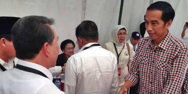Sarundajang (kiri) bersama Jokowi (kanan)