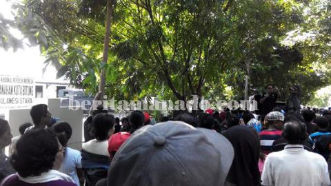 Egam ketika tampil berorasi di depan kantor BPN Kota Bitung (foto beritamanado)