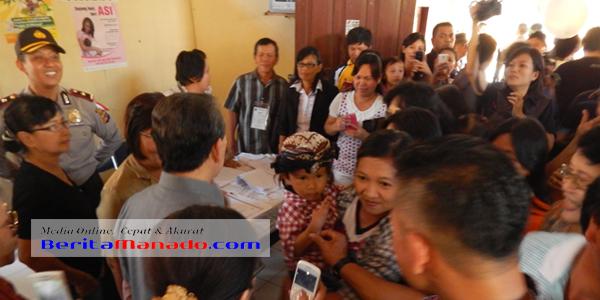Gubernur Sulut S H Sarundajang saat mengunjungi salah satu TPS di Kabupaten Minahasa