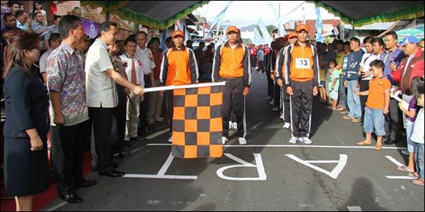 Walikota Tomohon saat melepas peserta gerak jalan.