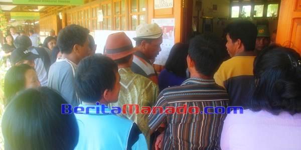 Warga Desa Walantakan Berlomba-lomba Memasuki TPS