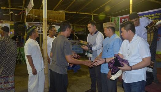 Pembagian Sajadah dari DPD KNPI Sulut (foto Beritamanado)