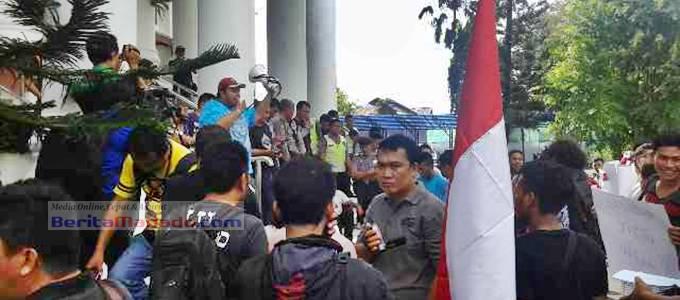 Demonstrasi di Kejaksaan Tinggi (Kejati) Sulut, beberapa waktu lalu, sebelumnya sempat mendatangi DPRD Sulut