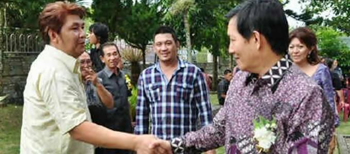 Frans bersalaman dengan Vicky Lumentut, Walikota Manado